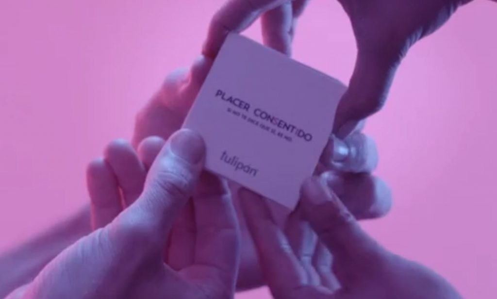 Four hands opening a Placer Consentido packet